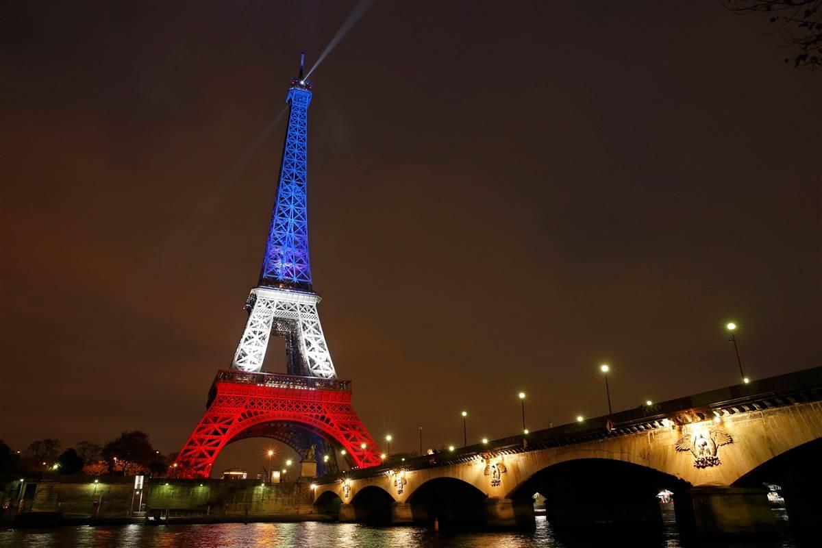 151116-eiffel-tower-red-white-blue-1240p_d36e114e055a1af8ffe687a50888fb6d.nbcnews-fp-1200-800